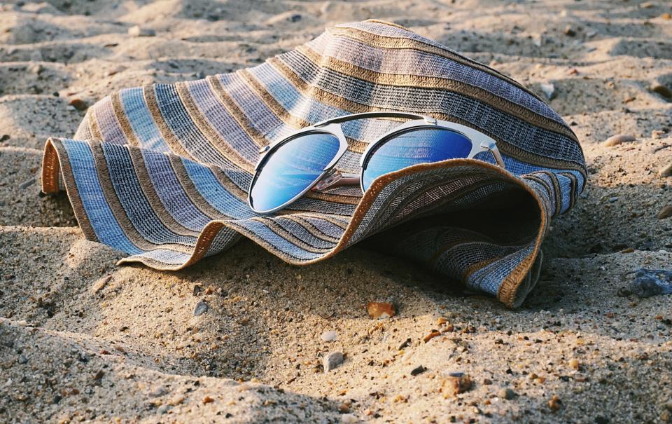 Solhatt och solglasögon